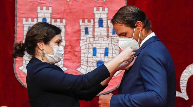 Imagen de la presidenta de la Comunidad de Madrid, Ayuso, imponiendo a Rafa Nadal la distinción de la Cruz de la Orden del Dos de Mayo.