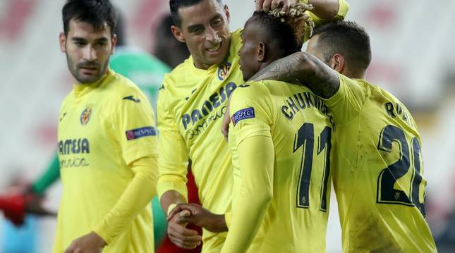 Foto de los jugadores del Villarreal celebrando el gol anotado por Chukwueze en la Liga Europa ante el Sivasspor.