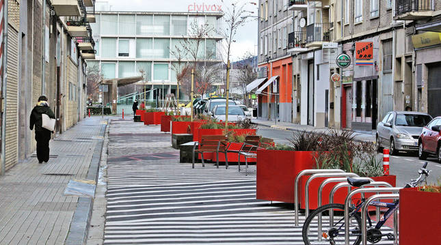 La nueva disposición de la calle Doctor Juaristi, en el barrio de San Jorge, ha hecho de la vía una zona transitada a nivel de calzada.