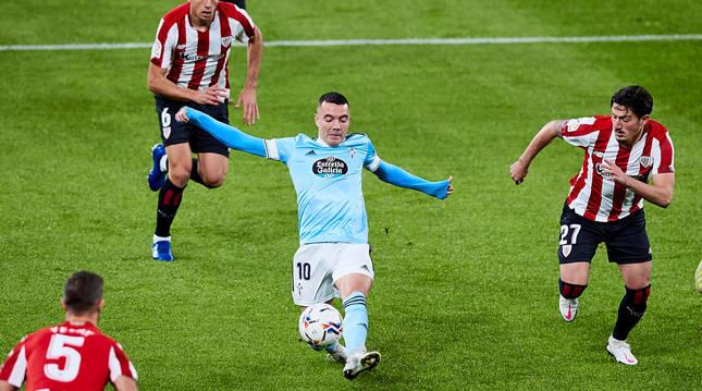 foto de Iago Aspas intenta escapar con el balón de varios jugadores del Athletic