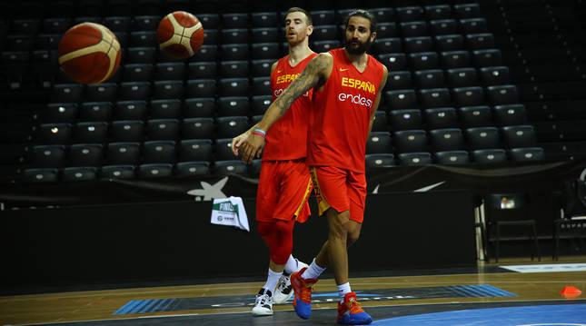 Ricky Rubio, junto a Claver, entrenando en el Navarra Arena con la selección española
