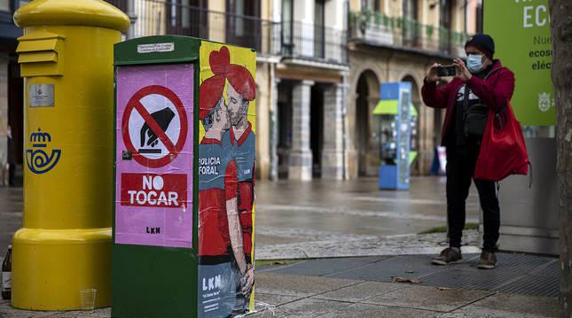 El beso foral, cartel con el que LKN sorprendió ayer en la Plaza del Castillo, antes de ser destrozado.