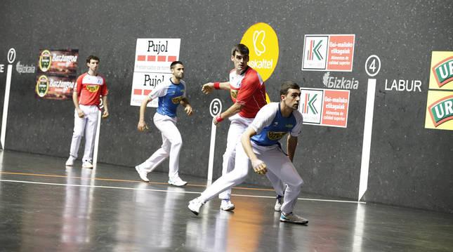 Joseba Ezkurdia, el mejor del partido, golpea a una pelota en presencia de Agirre, Martija y Albisu en el frontón Bizkaia.