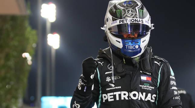 Foto del piloto Valtteri Bottas celebrando la pole conseguida en el Gran Premio de Sakhir.