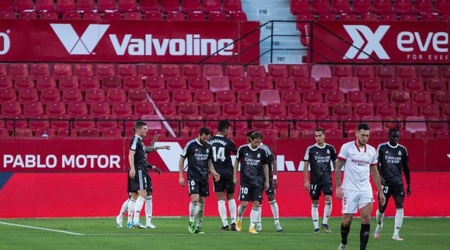 Los jugadores del Real Madrid celebran el gol frente al Sevilla en el Sánchez Pizjuán.