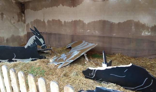 Foto de figuras del belén de la plaza Eguzki de Berriozar (Navarra), algunas de ellas destrozadas en un acto vandálico.