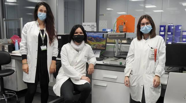 Miriam Alonso Santamaría (investigadora), María José Sáiz Abajo (directora de la investigación) y Paula Luri Esplandiú (técnico) ante el hiperespectrómetro en el que han realizado parte de la investigación.