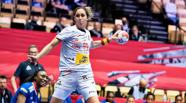 Mireya González lanza a portería en el partido Francia-España.
