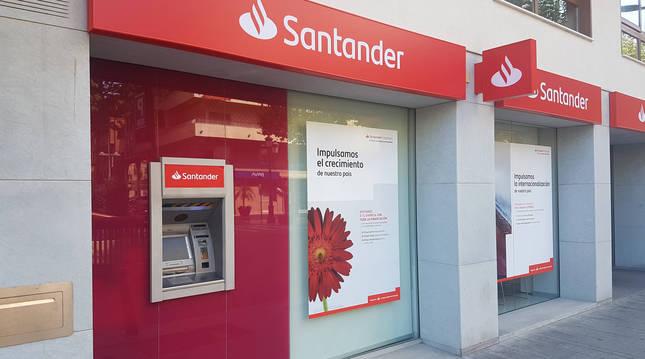 Foto del exterior de una de las oficinas del Banco Santander en una imagen de archivo.