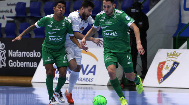 El ala Jhonatan Linhares, autor del gol del empate, se lleva el balón ante su compañero Bynho y el rival Catela.
