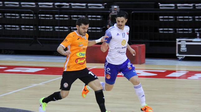 El ala del Aspil Dani Martín conduce un balón ante la mirada del jugador del Zaragoza Dian Luka en el partido de ayer.