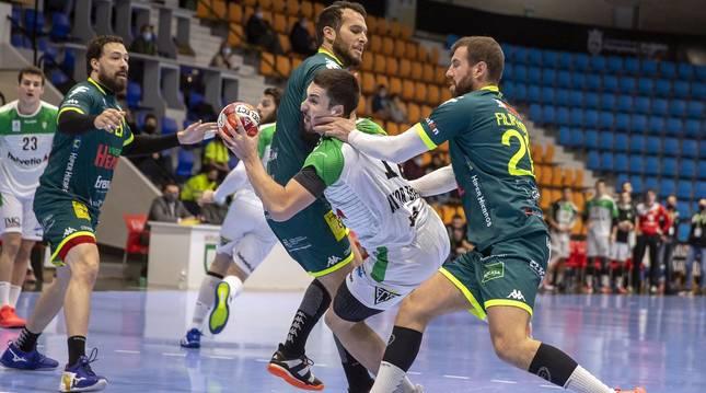 Helvetia Anaitasuna ha ganado 30-25 a Viveros Herol Nava, su cuarta victoria consecutiva que le coloca en sexta posición de la Liga Sacyr Asobal.