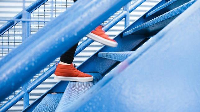 Imagen de archivo de una persona subiendo unas escaleras.