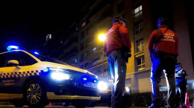 Imagen de un servicio conjunto de Policía Foral y Municipal en Pamplona este sábado.