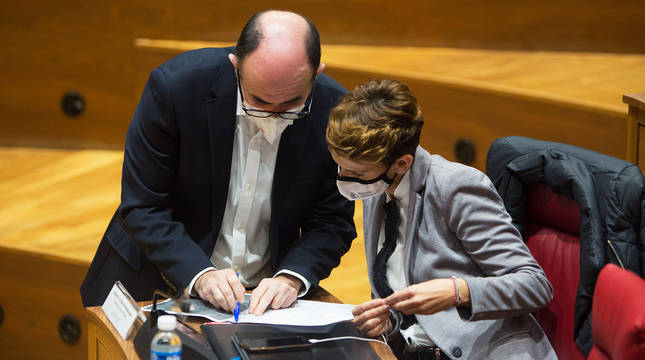 La presidenta, María Chivite, revisa decomentación junto al consejero Manu Ayerdi en el pleno del Parlamento foral del pasado 10 de diciembre.