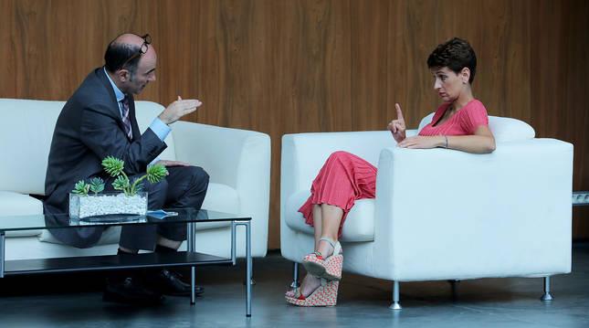 La presidenta María Chivite y Manu Ayerdi, hablando el pasado mayo en el atrio del Parlamento