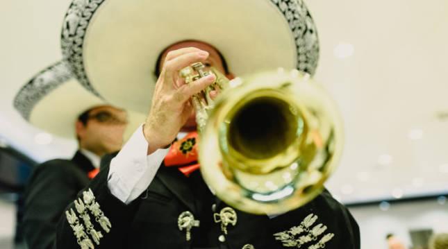 Un músico interpreta una pieza mariachi con su trompeta