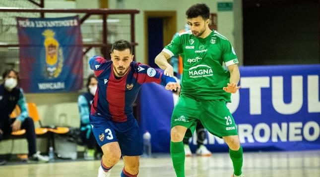 El exjugador de Osasuna Magna, Rafa Usín, ahora en el Levante, se va de la defensa de César, ala del equipo navarro.