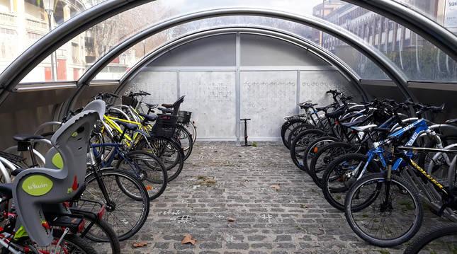 Bicicletas en uno de los aparcamientos cubiertos y vigilados del Ayuntamiento de Pamplona