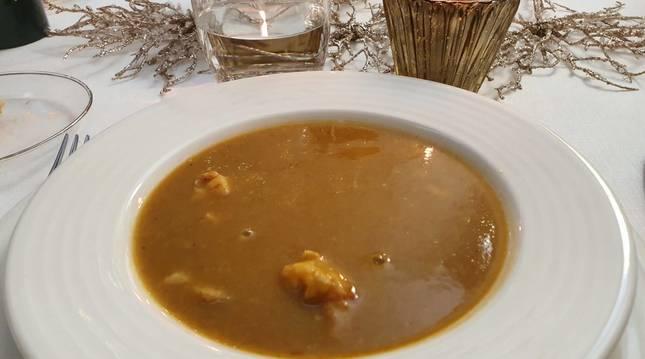 Esta sopa de pescado es una de las tres recetas navideñas de hoy.