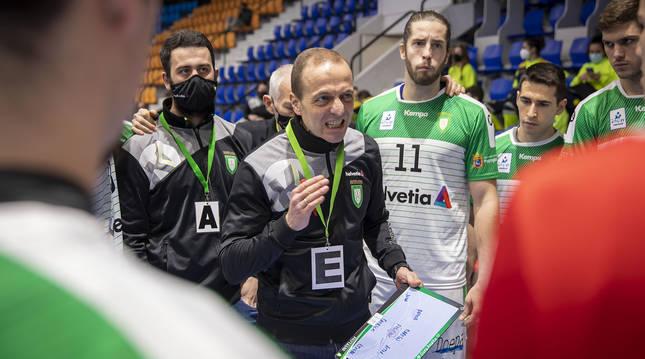 Foto de Quique Domínguez, entrenador del Helvetia Anaitasuna, dando instrucciones a sus jugadores en un partido.