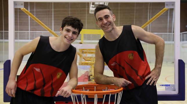 Foto de los jugadores del ENERparking Basket Navarra Alejandro del Cerro e Iñaki Narros posan el polideportivo de Arrosadía.
