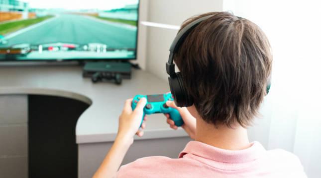 Un adolescente se entretiene jugando a un videojuego