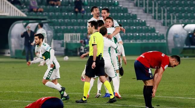 Los jugadores del Elche celebran el gol de Guido Carrillo.
