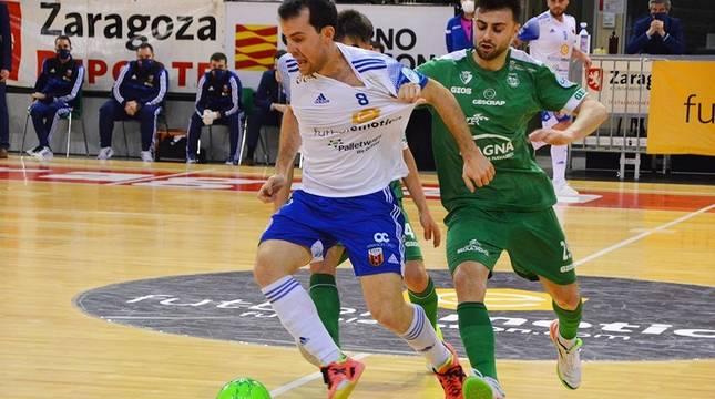 Richi Felipe, del Fútbol Emotion Zaragoza, y César, de Osasuna Magna Xota, pugnan por el balón.