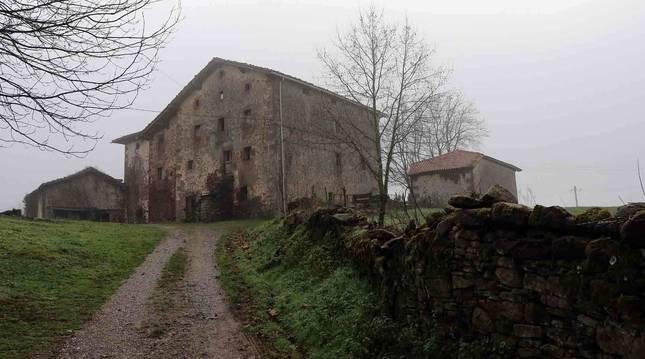 Foto del camino que discurre por la parte posterior del Palacio de Aroztegia, en Lekaroz.