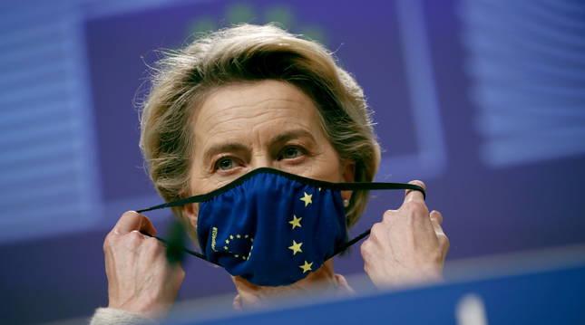 Ursula Von der Leyen se coloca la mascarilla en su rueda de prensa en Bruselas.