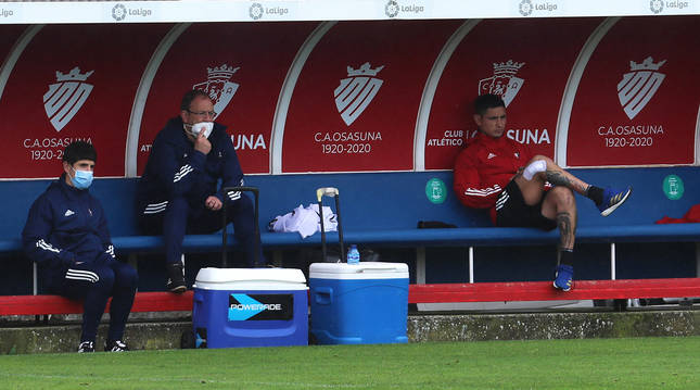 El Chimy Ávila, sentado en el banquillo de Tajonar tras su última lesión. A la izquierda,  Andrés Fernández (jefe de los servicios médicos) y Aitor Ugalde (nutricionista).