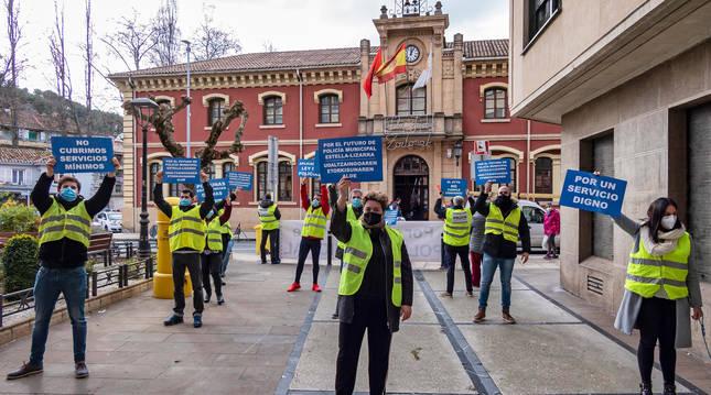 Foto de un momento de la concentración celebrada este jueves al mediodía frente al Ayuntamiento al que siguió una segunda en  la calle San Andrés.