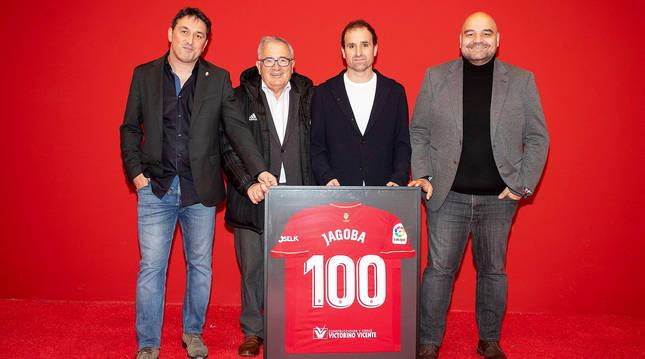 Braulio, Sabalza, Arrasate y 'Cata' posan con la camiseta rojilla.