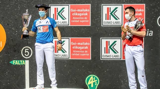 Jokin Altuna (izda.) y Erik Jaka, en el podio tras la final del Cuatro y Medio.