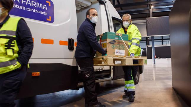 Descarga de las primeras vacunas contra el coronavirus que han llegado a Navarra.