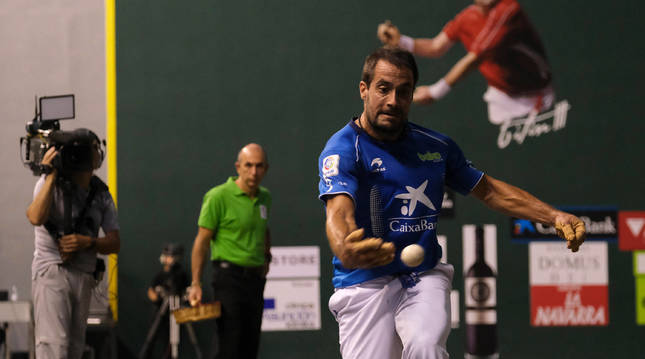 Oinatz Bengoetxea defiende con su derecha una pelota durante un encuentro disputado en el frontón Adarraga de Logroño.