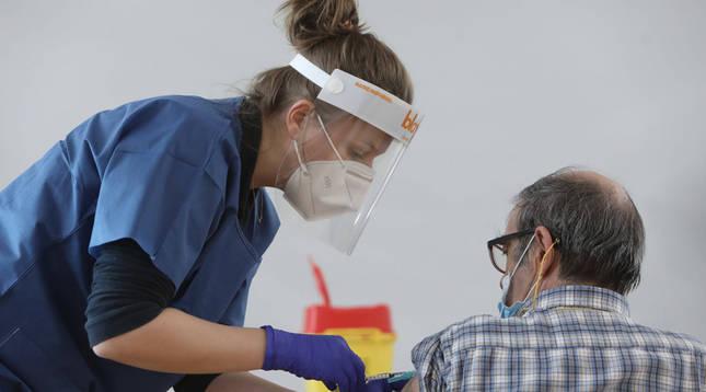 La vacunación se reanuda este martes en cuatro residencias y Refena