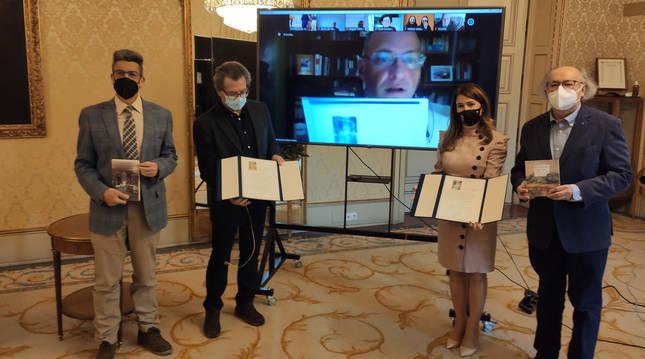 Crisanto Pérez (en la pantalla) y Luis Ramos reciben los Premios de Novela y Poesía Ciudad de Salamanca