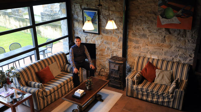 Xabier Larrayoz Benito, propietario de Casa Petra sentado en el salón de la casa rural situada en Aizoain.