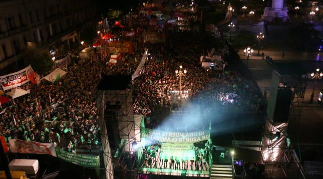 Concentraciones a las puertas del senado de Argentina durante la votación de la legalización del aborto.