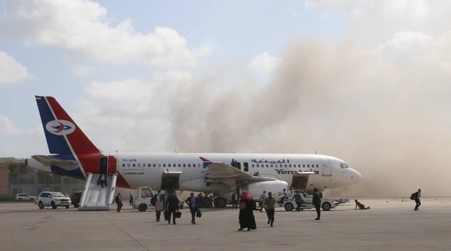 Mueren 13 personas en Yemen en un ataque tras aterrizar el avión con el nuevo Gobierno