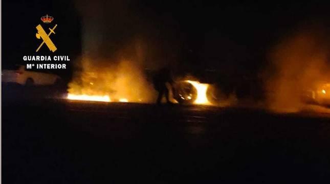 Agentes de la Guardia Civil extinguieron el fuego que se había producido en el camión