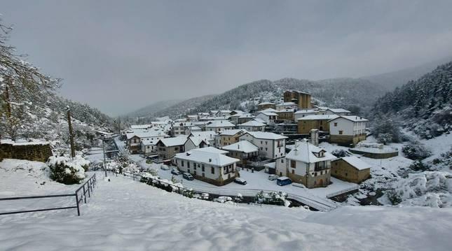 Estampa puramente navideña la que dejó ayer la nevada en Vidángoz, en el valle de Roncal.