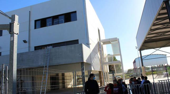 Un grupo de alumnos pasa junto a las obras de ampliación del colegio público Santa Vicenta que se estrenarán el 11 de enero.