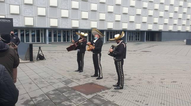 Los mariachis, en el exterior del Navarra Arena.