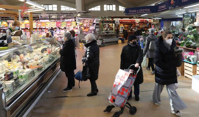 Personas comprando en el Mercado del Segundo Ensanche