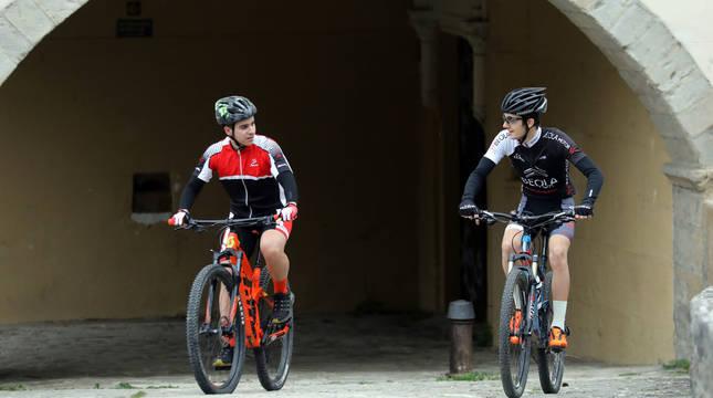 Dos ciclistas pasean por Villava el pasado mes de mayo.