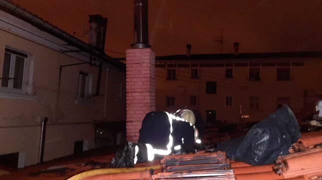 Imagen de un bombero en el incendio de una chimenea en una vivienda de la Txantrea.