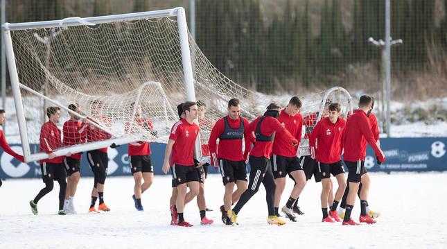 Foto de los jugadores de Osasuna trasladan la portería este sábado sobre el nevado campo de Tajonar.